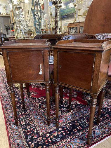 A GOOD QUALITY PAIR OF 20TH CENTURY MAHOGANY SIDE TABLES,