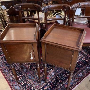 A GOOD QUALITY PAIR OF 20TH CENTURY MAHOGANY SIDE TABLES,LOCKERS